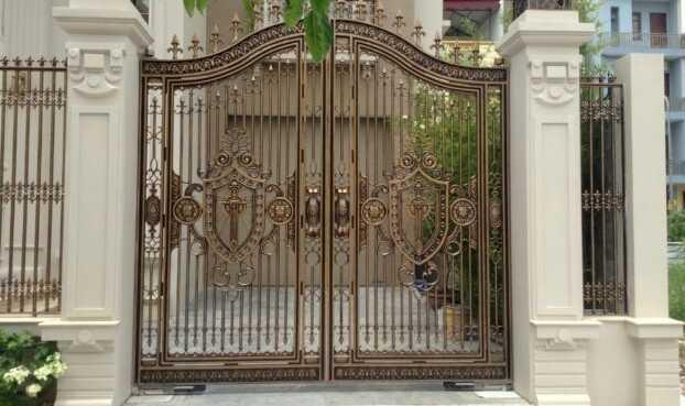 Cổng nhà làm từ inox sơn tĩnh điện