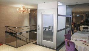 so sánh cửa thang máy mở tay